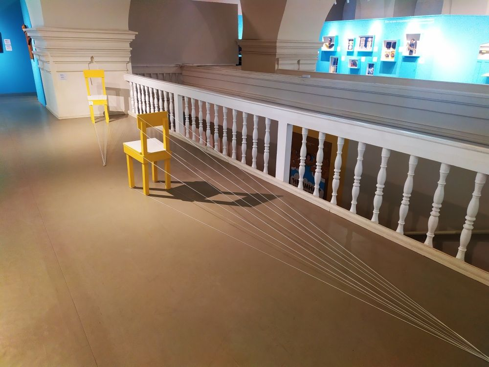 В иконописи используется обратная перспектива. Инсталляция со стульями наглядно демонстрирует прямую и обратную перспективы.