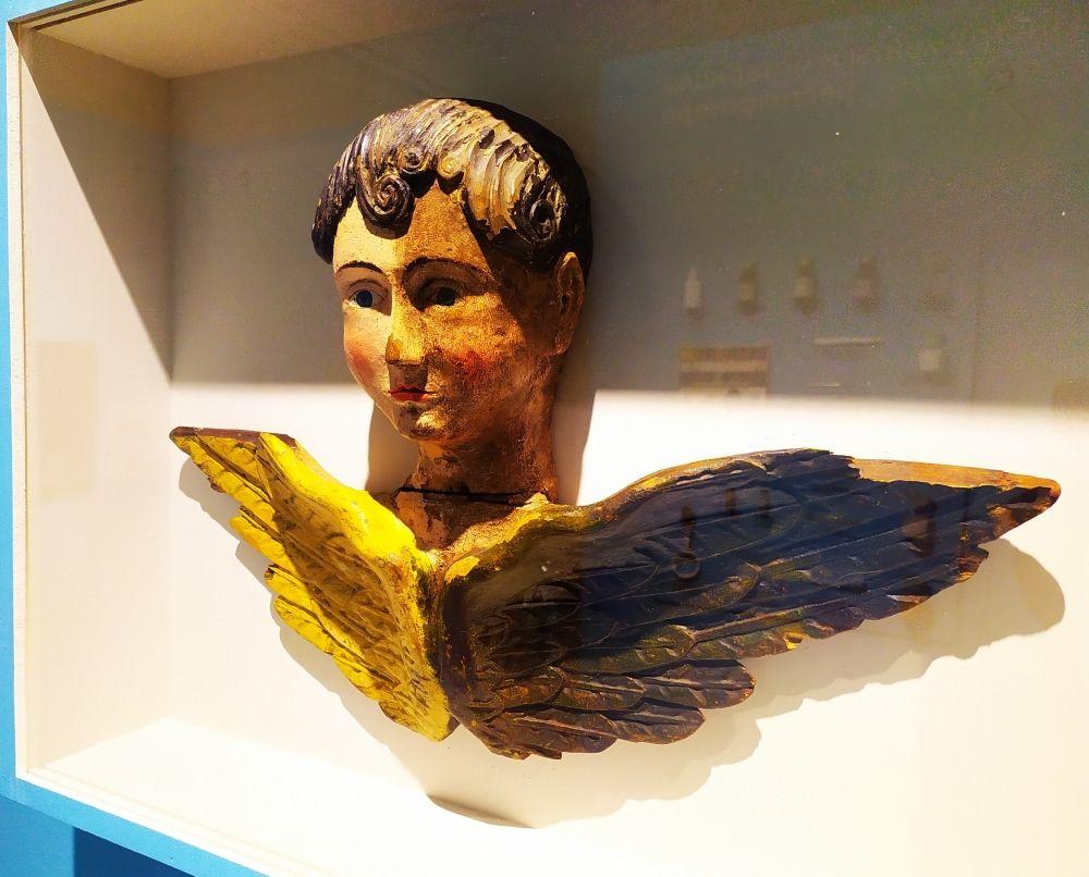 Херувим, работа неизвестного мастера 19 века. На левой половине скульптуры удалены поверхностные загрязнения с красочного слоя.
