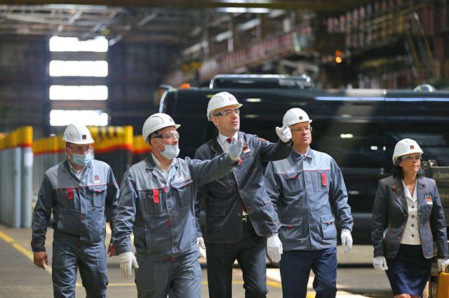 Статс-секретарь, замглавы Минпромторга России Виктор Евтухов (в центре) на экскурсии по производственным цехам ВТЗ.