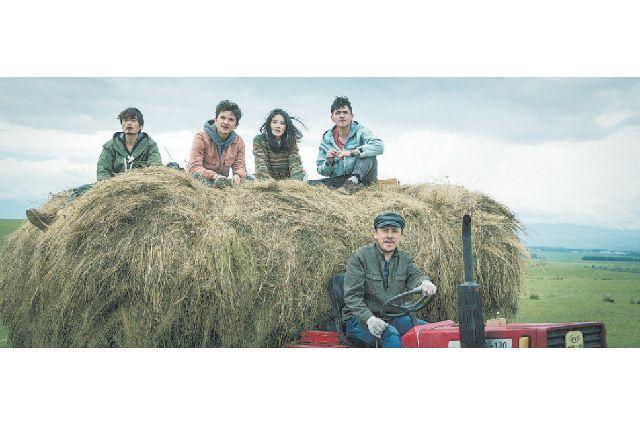 Кадры из фильма «На крыльях песни», на которых главные герои едут на телеге с сеном.