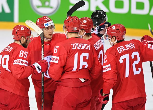 Игроки сборной России радуются забитому голу в матче группового этапа чемпионата мира по хоккею — 2021. 01.06.2021.