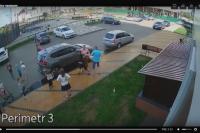 На видео попал конфликт между семейной парой и 13-летним подростком.