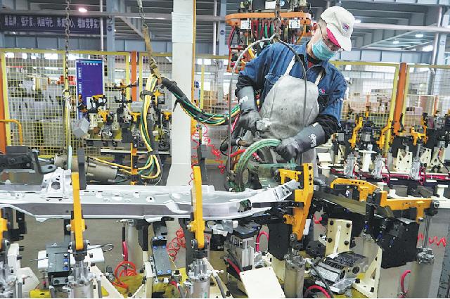 Рабочий на заводе Xincheng Automotive Industrial завершает создание автомобильной детали в городе Цзинцзян, провинция Цзянсу.