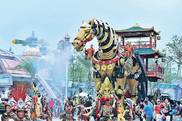 Механическая лошадь, созданная скульптором Сяо Ди, участвует в параде в тематическом парке в Чэнду, провинция Сычуань, для развлечения туристов.