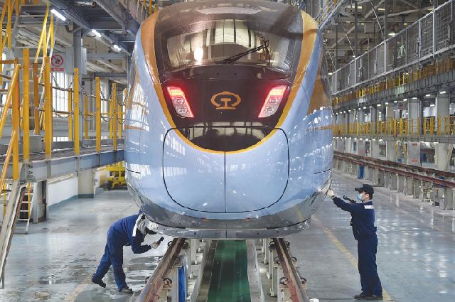 Механики осматривают скоростной поезд в Нанкине, провинция Цзянсу. Китай будет сотрудничать с другими странами для развития связей в инфраструктуре.
