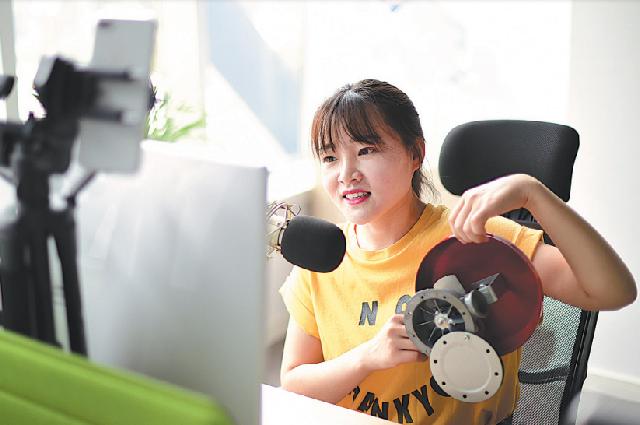 Инструктор дает рекомендации во время онлайн-курса через программное обеспечение. Циндао, провинция Шаньдун, январь.