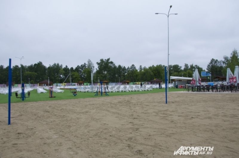 Площадка для пляжного волейбола засыпана мягким песком