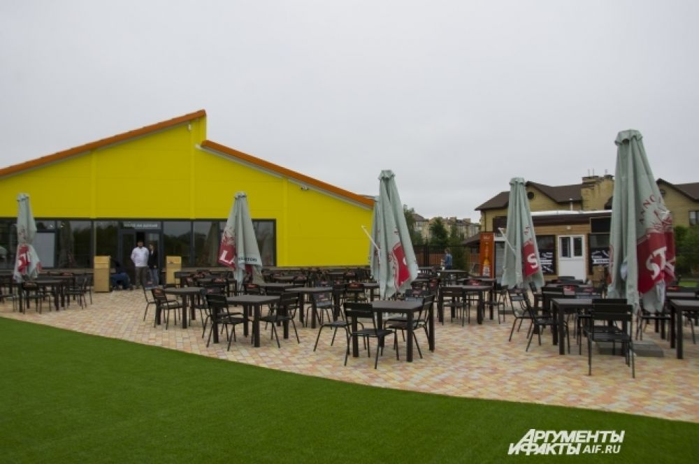 На территории - открытое кафе и закрытый фреш-бар
