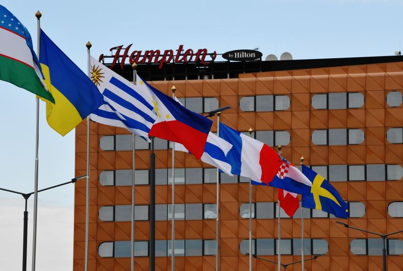 Флаги стран-участниц перед гостиницей Hampton by Hilton и павильонами «Экспофорума» Петербургского международного экономического форума - 2021