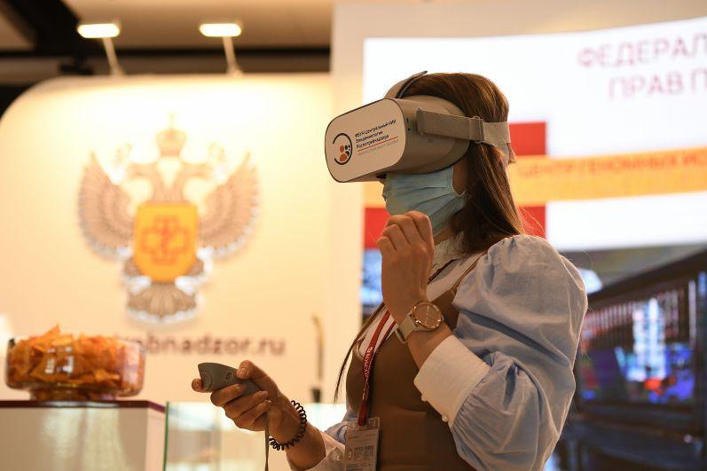 Девушка на стенде службы по надзору в сфере защиты прав потребителей и благополучия человека (Роспотребнадзор) на Петербургском международном экономическом форуме - 2021
