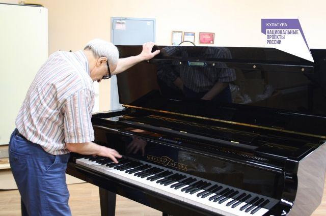 Ранее в школу привезли три рояля, семь пианино