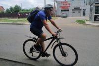 Федор каждое утро добирается на работу на велосипеде.