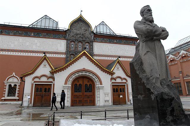 Центральный вход в Государственную Третьяковскую галерею. Справа — памятник русскому меценату Павлу Третьякову.