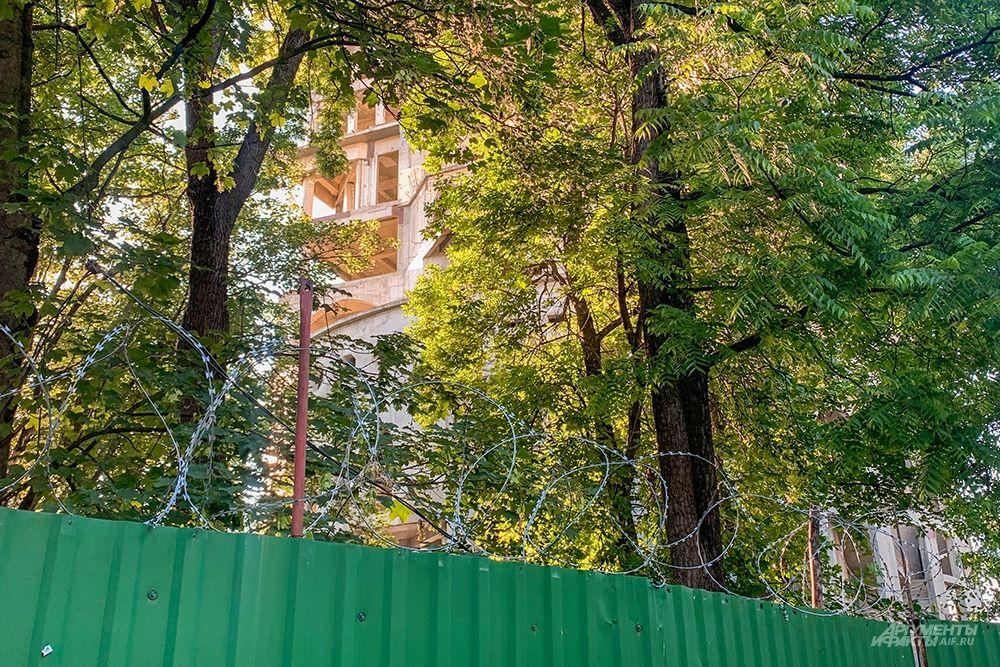 В настоящий момент территория здания окружена забором с колючей проволокой.