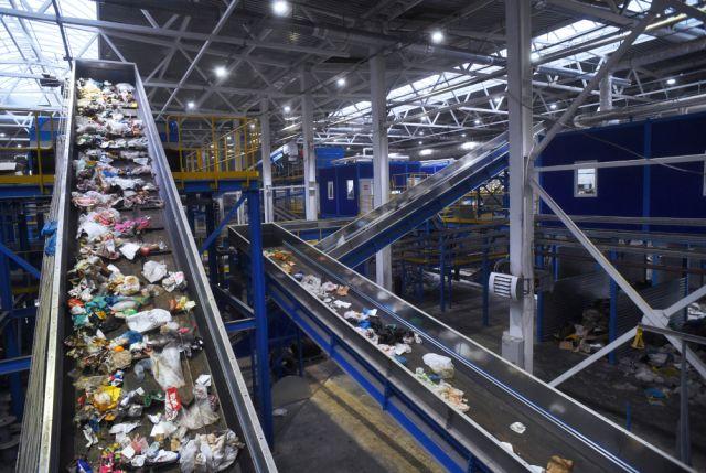 Лента сортировки мусора предприятия по переработке отходов в Подмосковье.