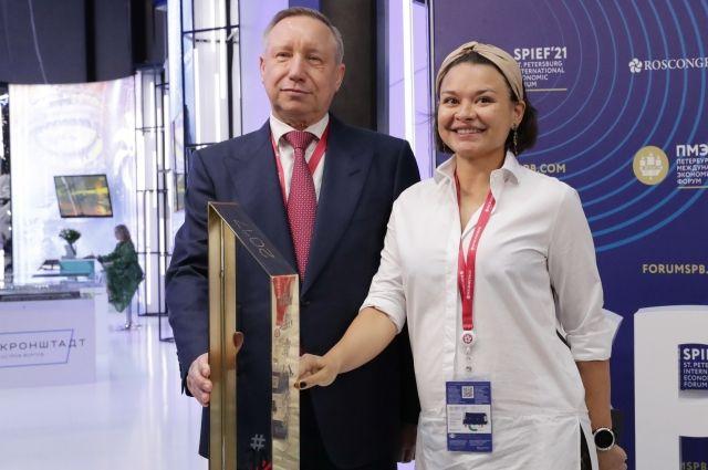 Кубок губернатору Санкт-Петербурга вручила руководитель «Лиги героев» Ксения Шойгу.