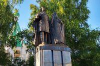 Памятник основателю города Георгию Всеволодовичу и его наставнику святителю Симеону Суздальскому.