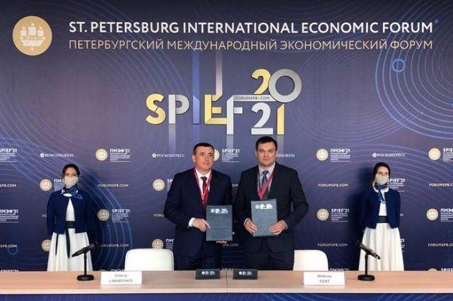 Подписи под документом поставили глава островного региона и гендиректор компании «Многофункциональный грузовой район» Алексей Ферт.