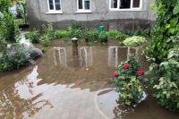 В Днепре из-за сильных дождей затоплены частные дворы.