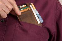 Неизвестный представился сотрудником службы безопасности банка и путем обмана похитил деньги.