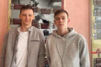Кирилл Козырев (слева) и Анфир Валеев из 11 «а» , награжденные главой СК РФ Александром Бастрыкиным.