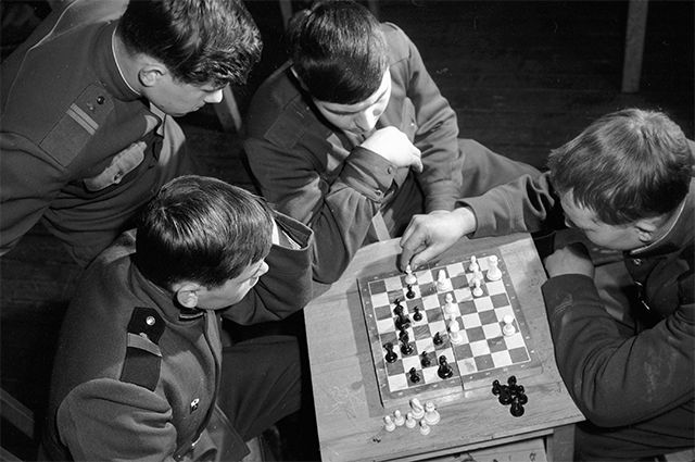 Бойцы гвардейской Таманской дивизии играют в шахматы во время отдыха. 1968 год.