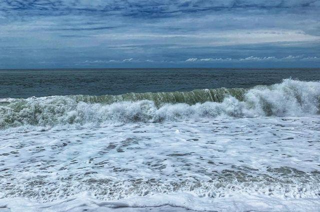 Бушующее море в Анапе.