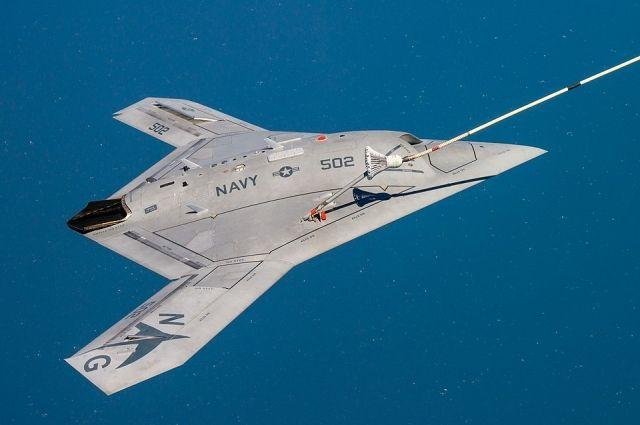 Многоцелевой ударный БПЛА Northrop Grumman X-47B  Министерства обороны США дозаправляется в воздухе.