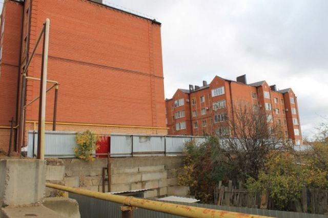 В Бузулуке начала разрушаться подпорная стена, которая держит основание площадки с несколькими многоквартирными домами.