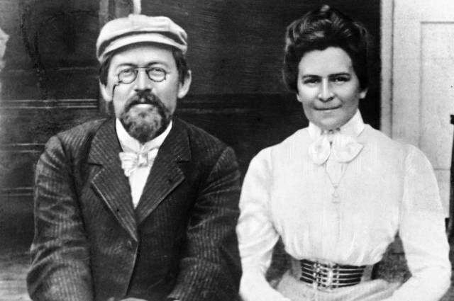Антон Павлович Чехов и его жена, актриса Ольга Книппер-Чехова. 1902 год.