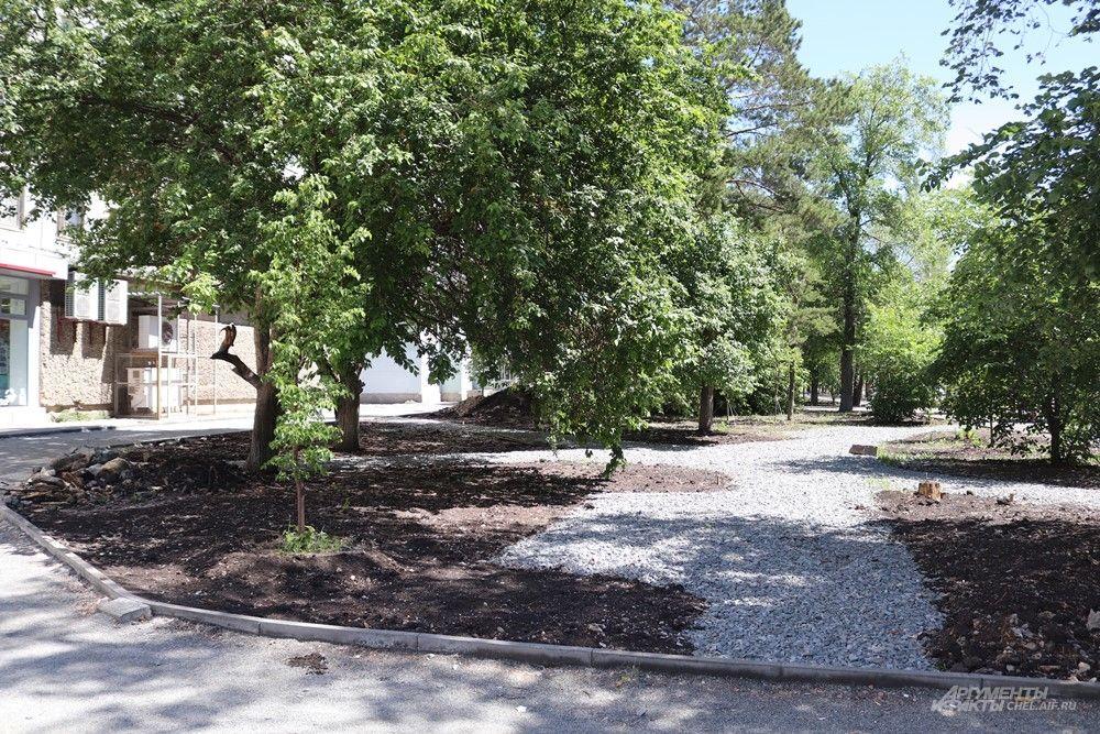 Здесь вдоль дороги появится мини-сквер с тропинками и лавочками.