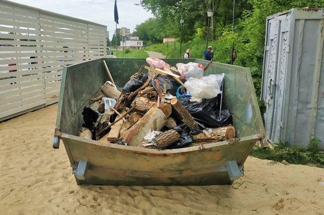 В Орле со дна Оки подняли пять кубометров мусора