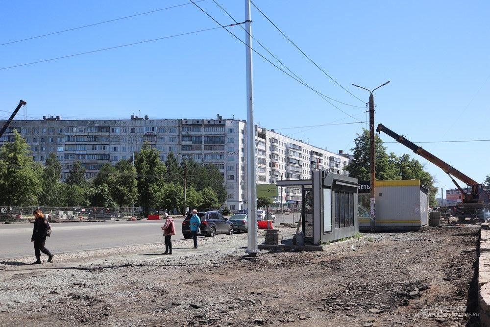 Вместе с дорогой ремонтируют и остановки. Некоторым пассажирам приходится ждать транспорт в таких условиях.