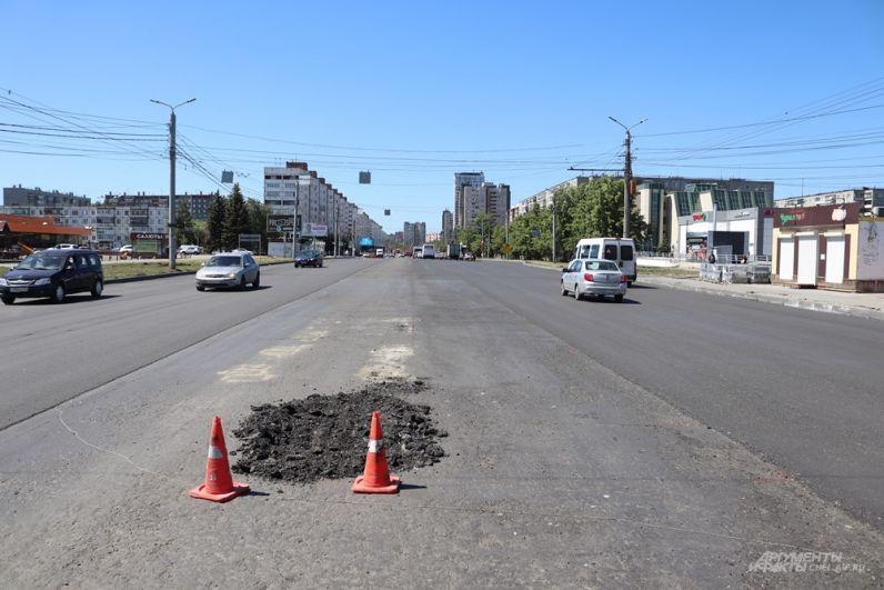 На участке от Ворошилова до Солнечной центр проезжей части не асфальтировали - здесь будет разделительный газон.