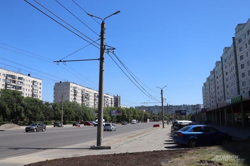 Парковки вдоль дороги также претерпели изменения. Вместо открытых карманов у них теперь один въезд...