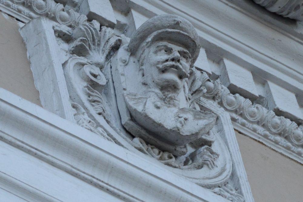 А еще за пешеходами наблюдает голова не то Сталина, не то усатого железнодорожника (ул. Карла Маркса, 7)