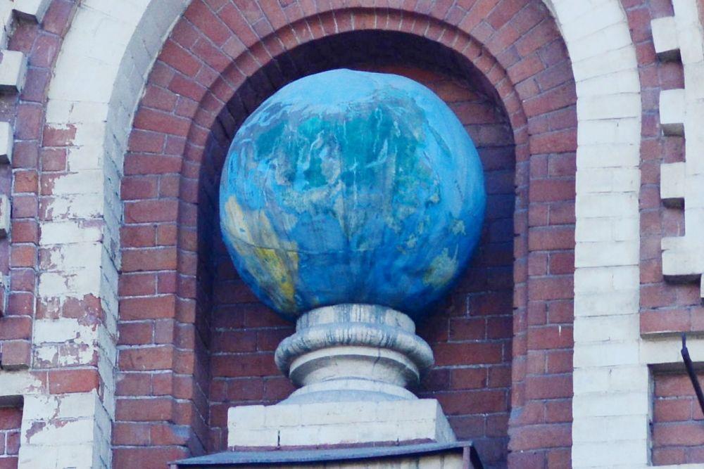 Целый земной шар разместился на фасаде отдела природы Иркутского областного краеведческого музея (ул. Карла Маркса, 11)