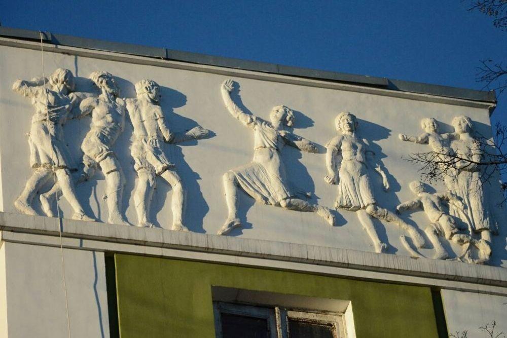Танцующих советских людей можно увидеть на фасаде обычного жилого дома номер 3 на улице Канадзавы