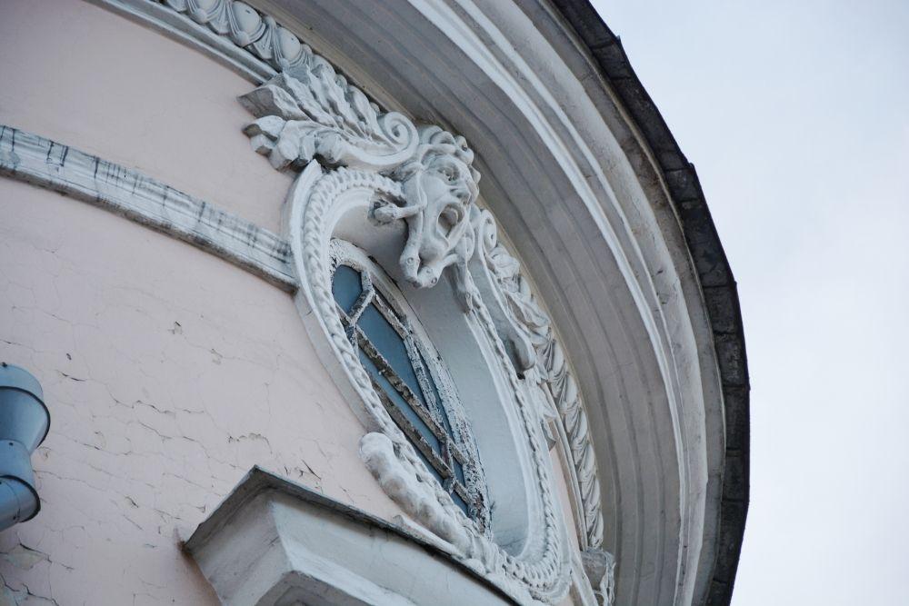 Медуза Горгона отгоняет злых духов от бывшего Русско-Азиатского банка - ныне поликлиника номер 2 (ул. Ленина, 38)