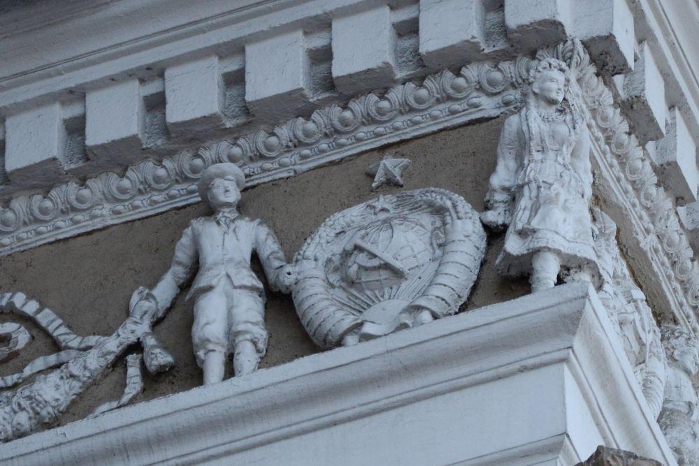 Представители всех союзных республик держатся за руки под крышей здания Управления РЖД (ул. Карла Маркса, 7)