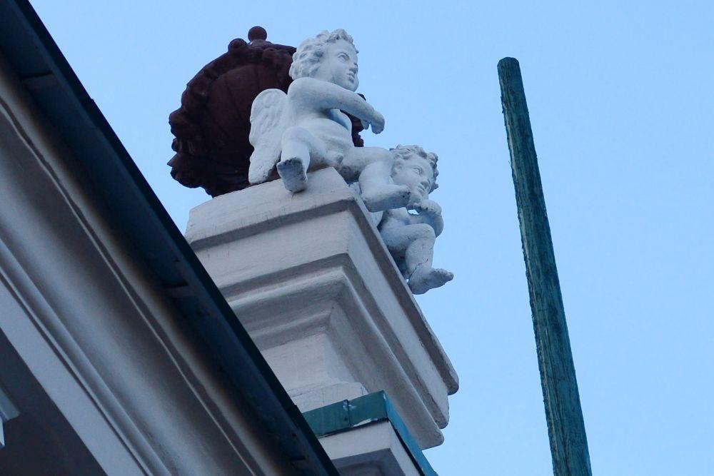 """Купидоны на крыше здания номер 42 по улице Горького смотрят прямо на панно """"Интернационал"""""""