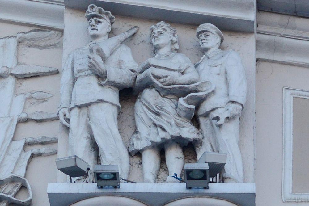 Скульптурные изображения рабочих  крестьян украшают здание центрального телеграфа напротив цирка (ул. Пролетарская, 12)