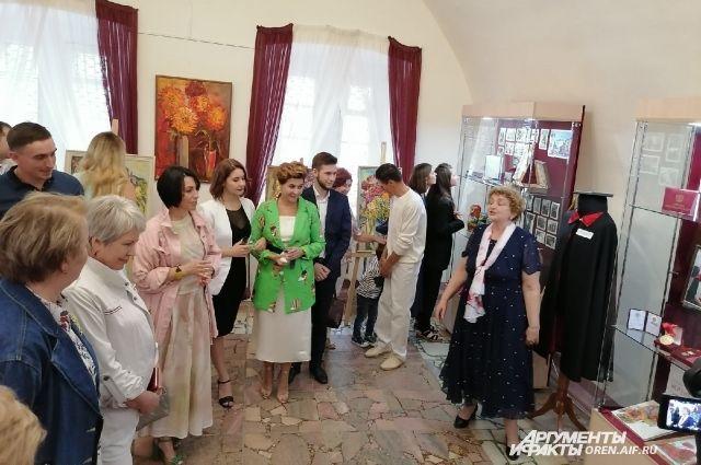 На открытии выставки было много гостей, цветов и пожеланий дальнейших успехов в творчестве.
