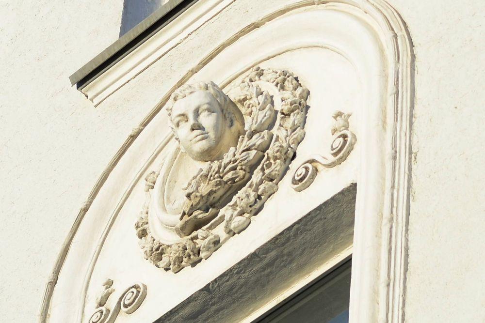 На фасаде здания БГУ разместился скульптурный медальон с изображением Зои Космодемьянской (ул. Ленина, 9)