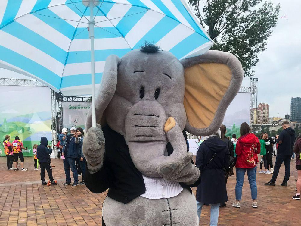 Маленьких бегунов развлекал слоник.