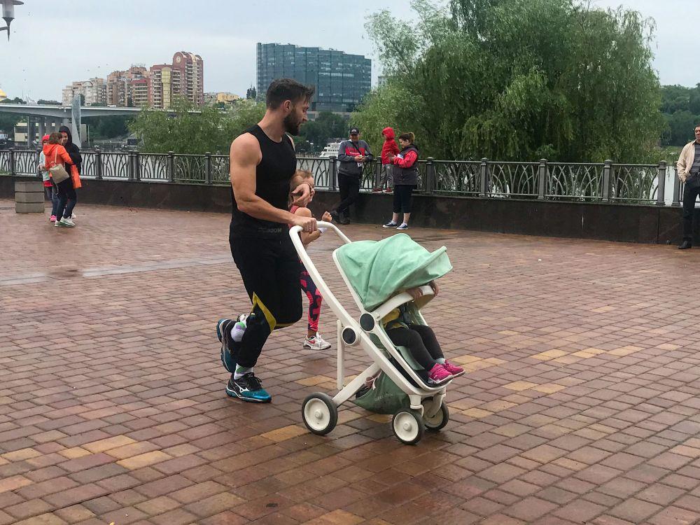 Участник пробежал марафон вместе с дочерьми.