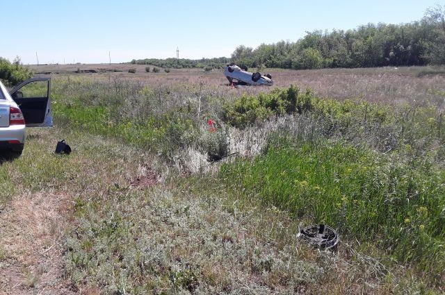 Водитель не справился с управлением, машина слетела с дороги и перевернулась.