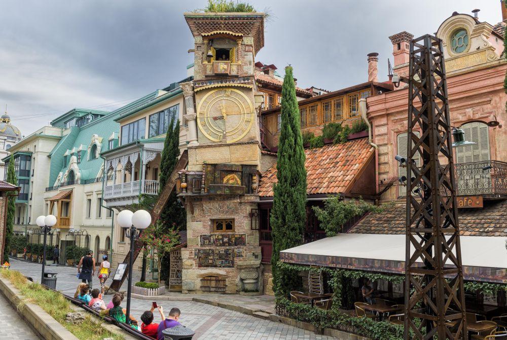 Часовая башня Тбилисского государственного театра марионеток им. Резо Габриадзе (2017 год)