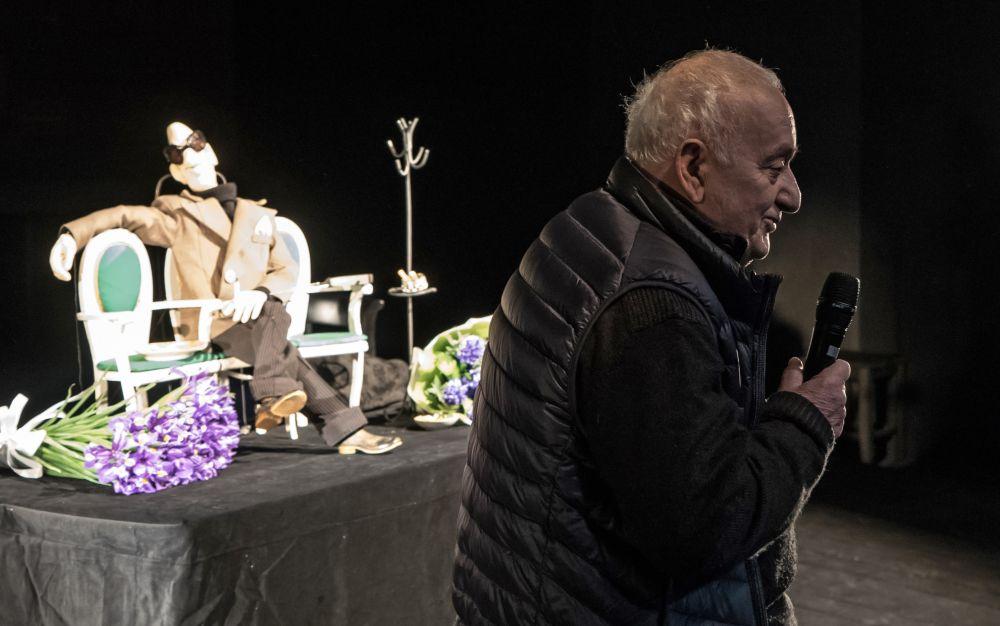 Режиссер Резо Габриадзе во время мини-спектакля с использованием марионетки театрального режиссёра Георгия Товстоногова в Большом драматическом театре имени Г.А. Товстоногова (БДТ) в Санкт-Петербурге (2016 год)