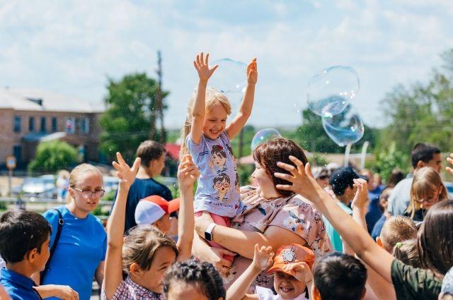 «Газпромнефть-Оренбург» провел праздники для детей в селах нефтедобывающих районов.